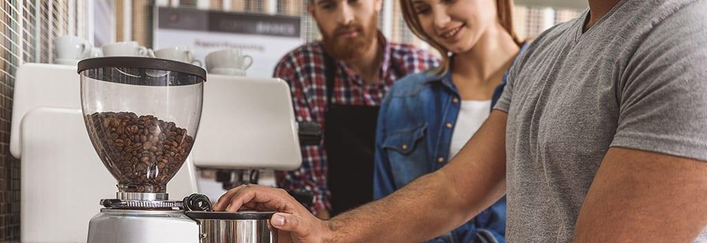 בוס מכין קפה