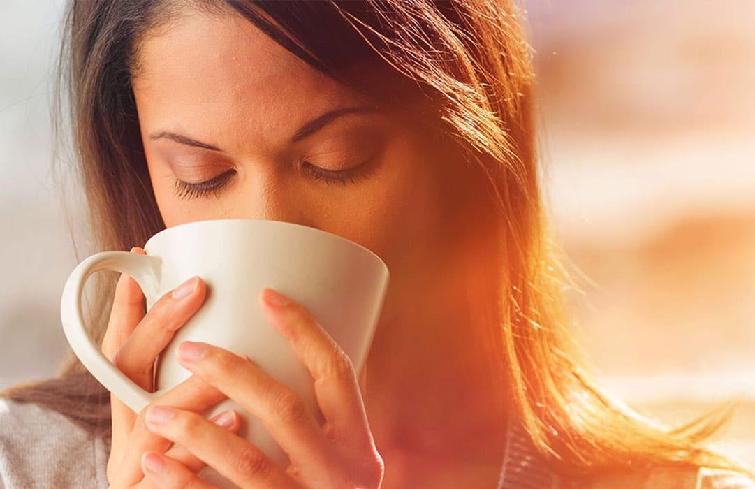 אשה שותה קפה