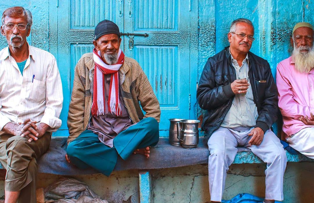 הודו אנשים שותים קפה ברחוב