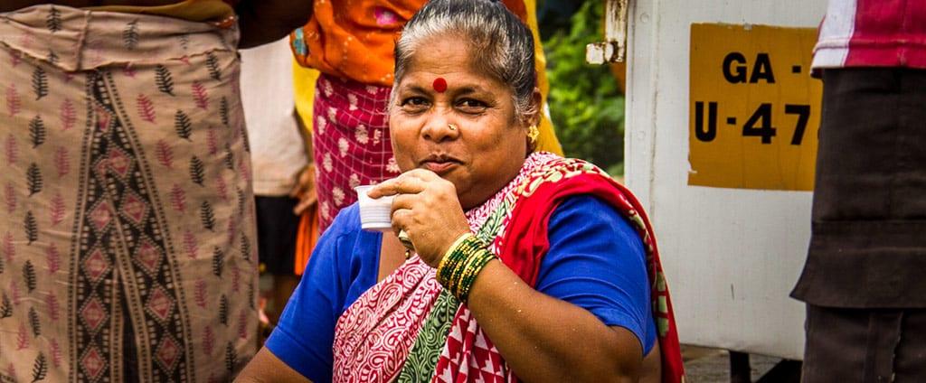 הודו אישה שותה קפה