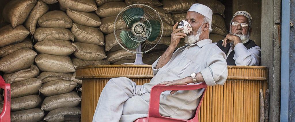 הודו מבוגרים שותים קפה