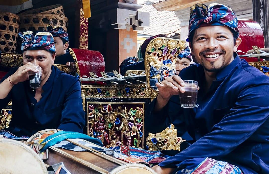אינדונזיה 2 אנשים שותים קפה