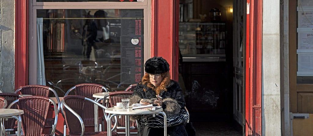 אישה יושבת בבית קפה