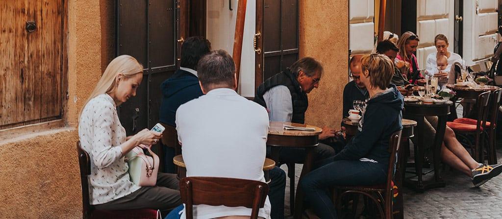 אנשים יושבים בבית קפה