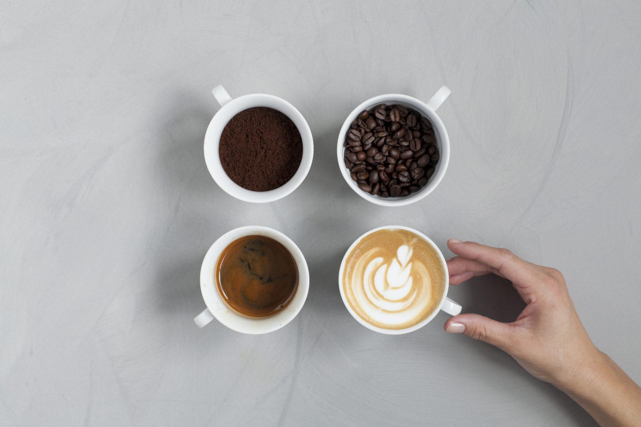 4 שלבי קפה בכוסות