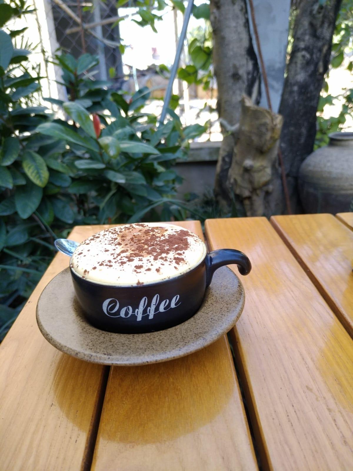 שפיכת קינימון על הקפה