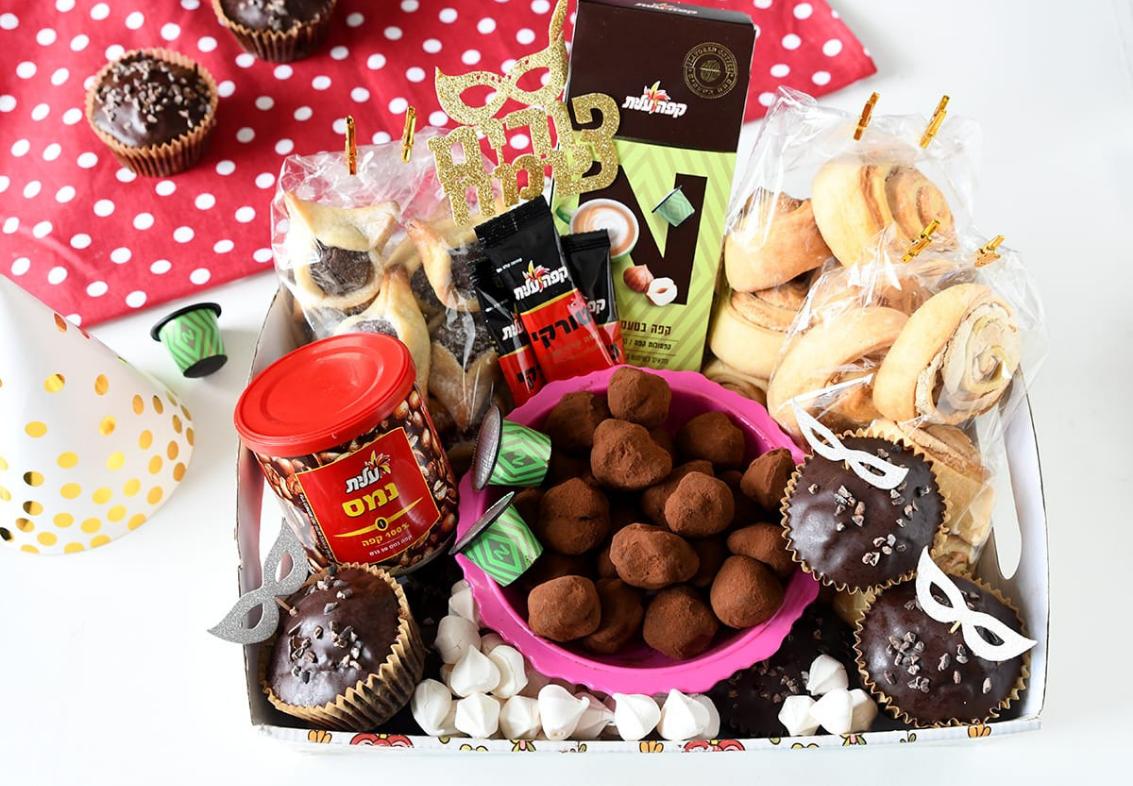 משלוח מנות שכולל קפה נמס, טראפלס שוקולד, קפסולות אספרסו, נשיקות, קאפקייקס, קפה טורקי