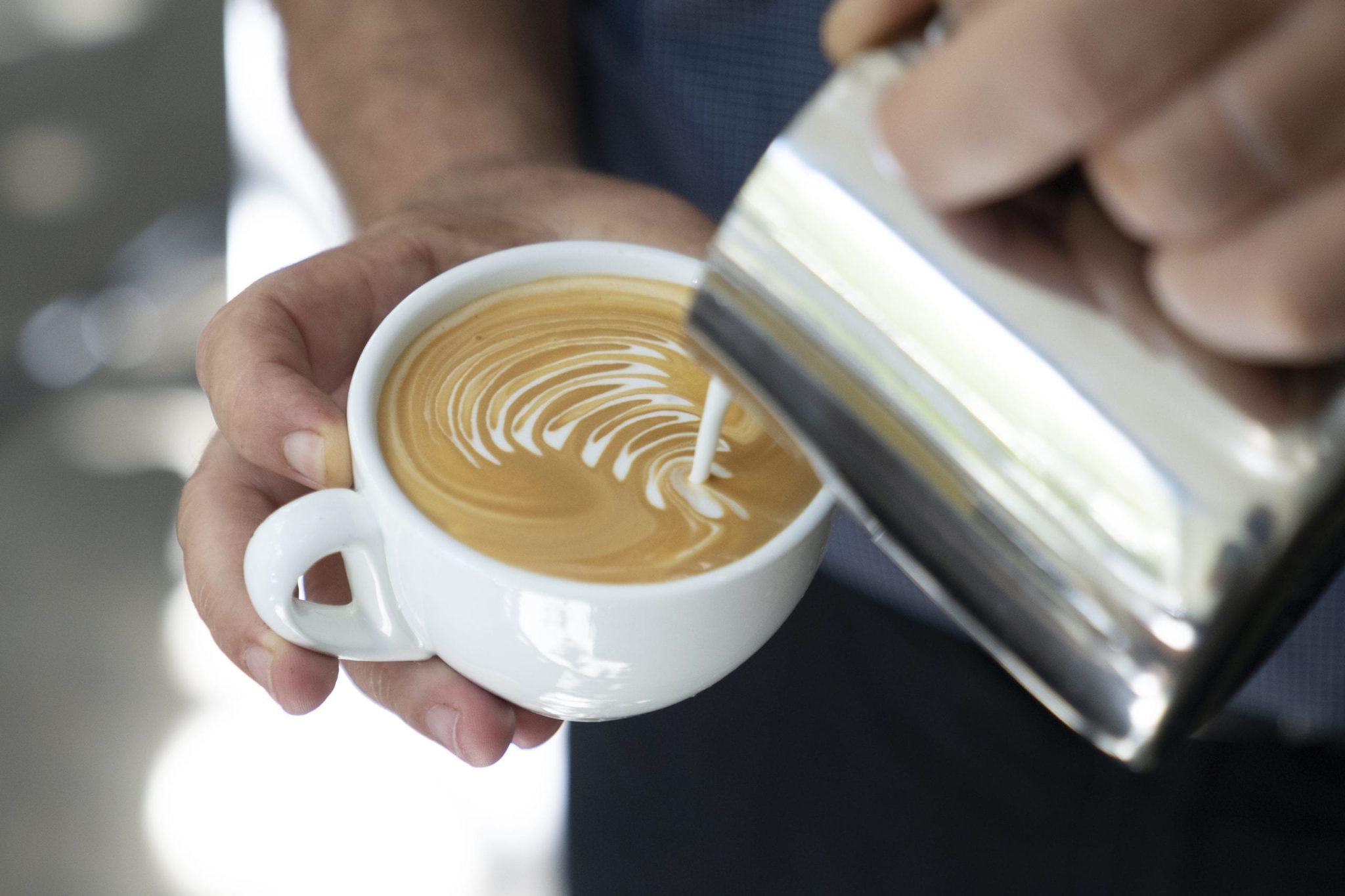 מזיגת חלב לקפה הפוך